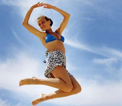 Девушка на фоне неба