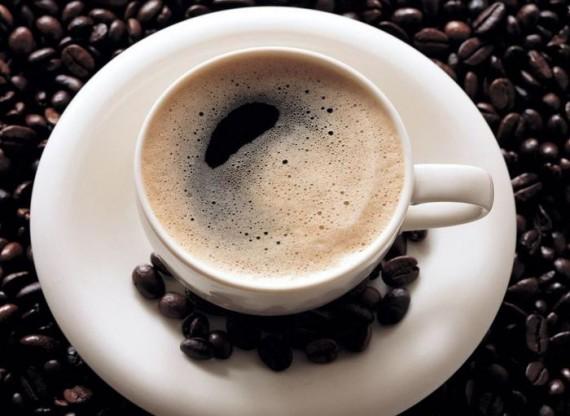 Чашка свежего кофе на зернах