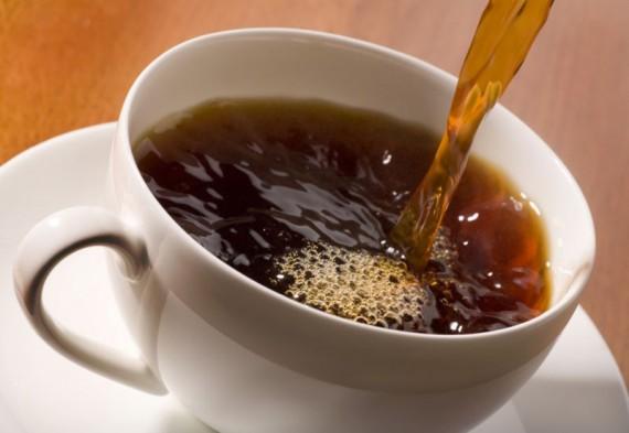 Кофе наливают в чашку