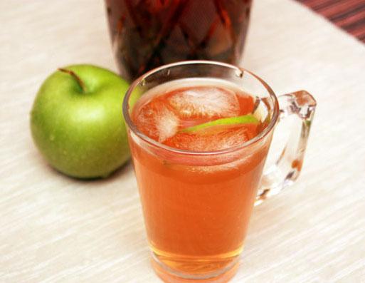 Чашечка чая, а рядом зеленое яблоко