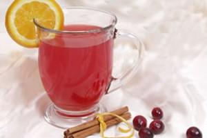 Ароматный чай и долька лимона на чашке