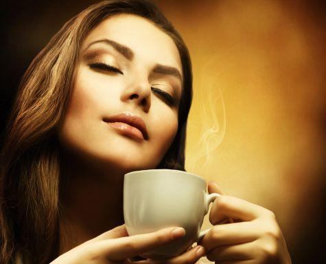 Девушка с ароматной чашкой кофе