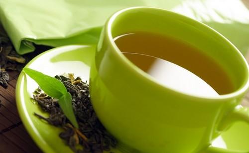 Зеленый чай в зеленой кружке