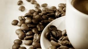 Зерна кофе на блюдце