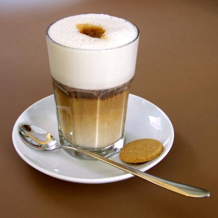 мельбурнском кафе бариста преподнес гостье дощечку,на которой были три мензурки и длинная десертная ложечка для перемешивания компонентов.